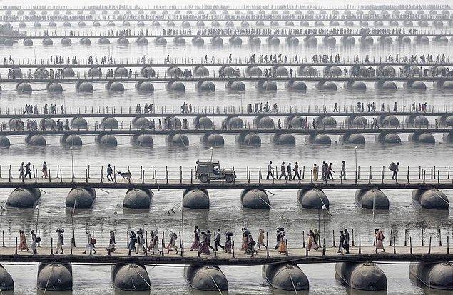 14. Hindistan, Maha Kumbh Mela'da köprüden geçen insanlar