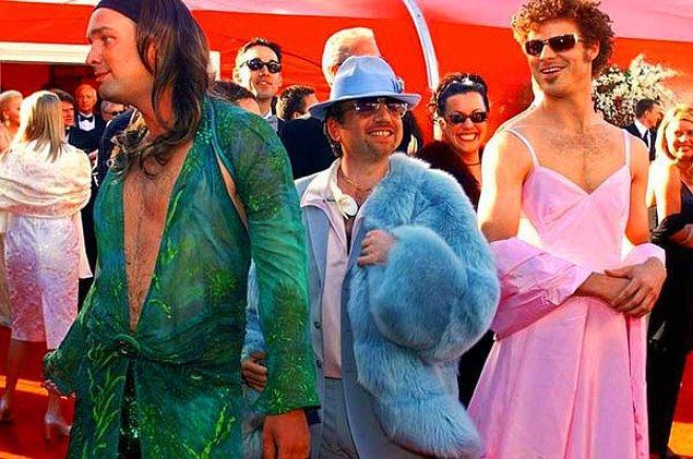 1. South Park'ın yaratıcıları olan bu 3 kafadarın törene kadın kıyafetleri giyip gelmesi 2000 yılında herkesi fena güldürmüştü.
