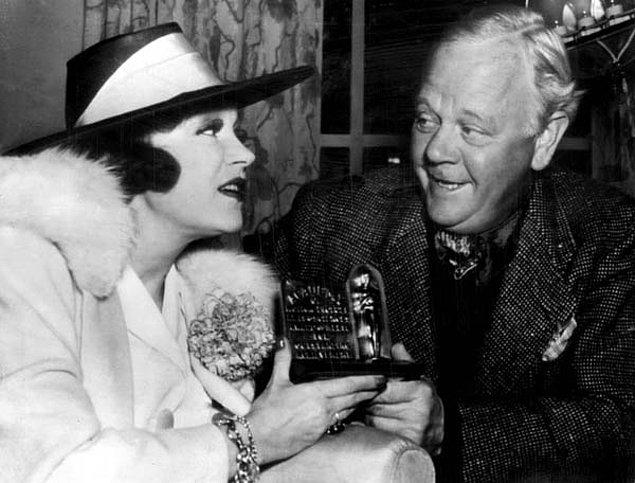 2. 1938 yılında, ayağı kırık olduğu için törene katılamayan Alice Brad'in ödülünü bir yabancının gelip alıp sonrasında kayıplara karışması Oscar tarihinin en ilginçlerinden olabilir.