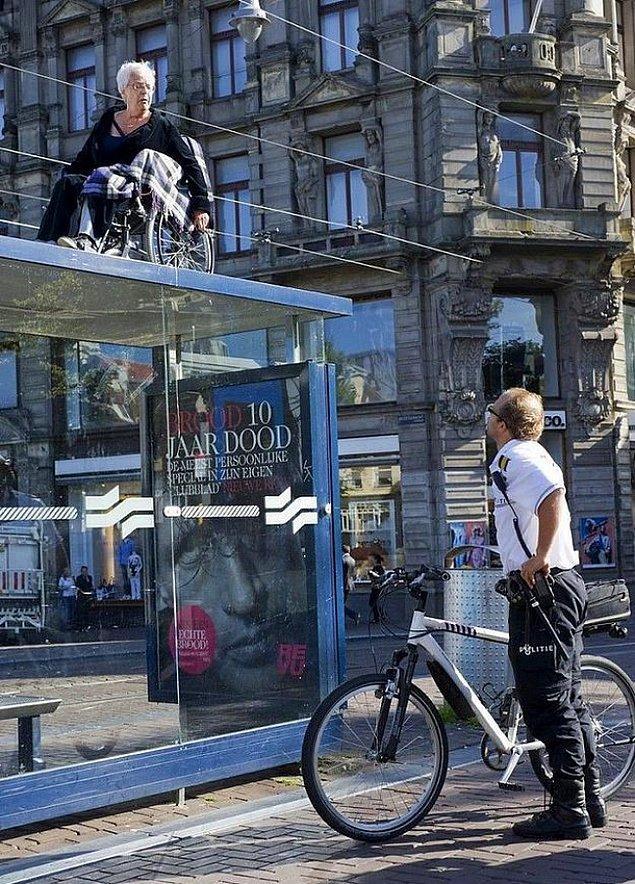 Что женщина в коляске делает на крыше будки?!