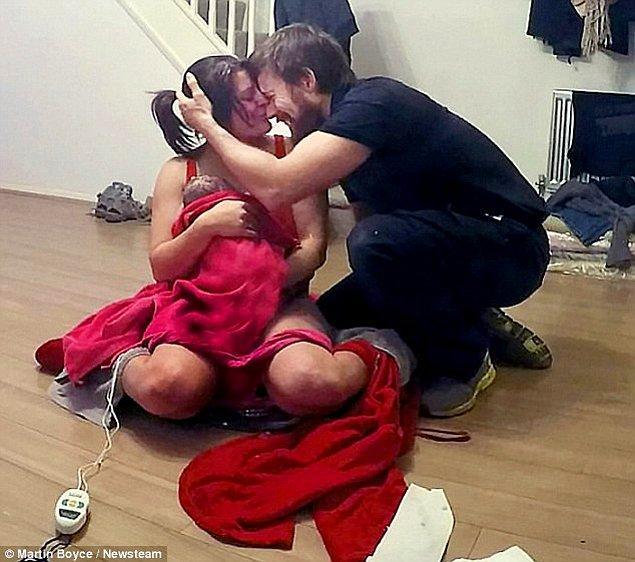 Ancak daha sonra 40 dakika boyunca eşi doğum yaparken ona yardım ettiğini belirten Martin, bu olayın onun için inanılmaz bir deneyim olduğunu da sözleri arasına ekliyor.