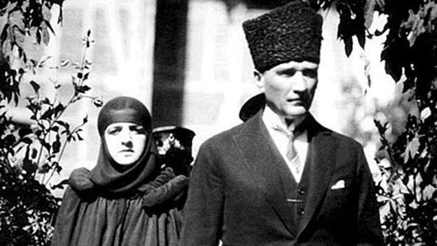 Bu sırada Zübeyde Hanım, Latife Hanım'ın ailesinin İzmir'deki evinde vefat etti.