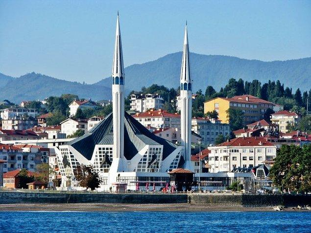 9. Geleneksel Selçuklu mimarisi ile modern mimariyi birleştiren Merkez Camii'ni ziyaret edebilirsiniz.