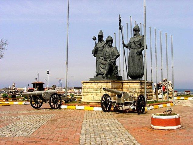 4. Akçakoca Fatihi, Akça Koca Bey'in heykeli ile hatıra fotoğrafı çektirebilirsiniz.
