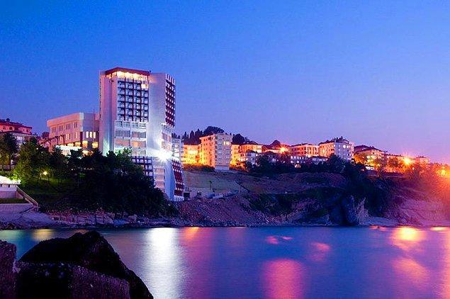 6. Çınar Caddesi'ni ve Liman'ı akşam saatlerinde ışıl ışılken gezebilirsiniz.