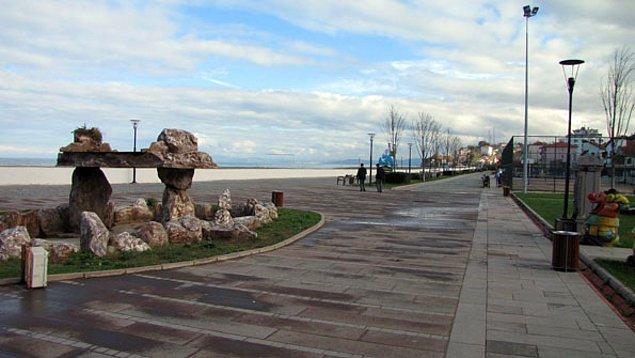 12. Deniz manzarası eşliğinde yürüyüş yapabilirsiniz.