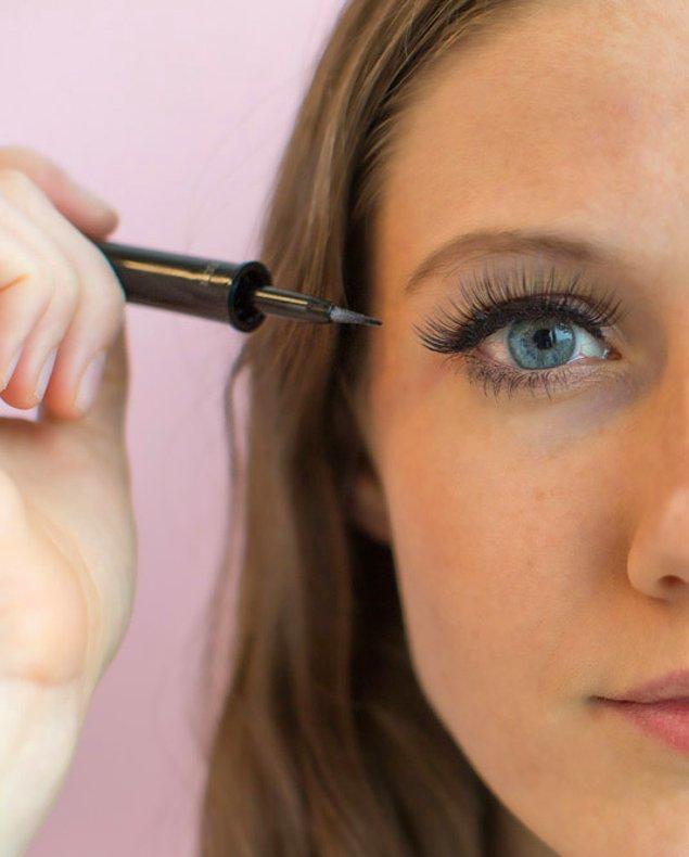 17. Yapıştırdıktan sonra eyeliner ya da siyah bir kalemle yapıştırıcıyı gizlemeyi ihmal etmeyin.