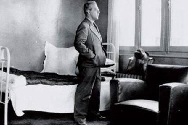Bir arkadaş toplantısında Atatürk'ü yeren bir şiir okuduğu iddiasıyla 1932'de tutuklanarak bir yıla mahkum edilir.
