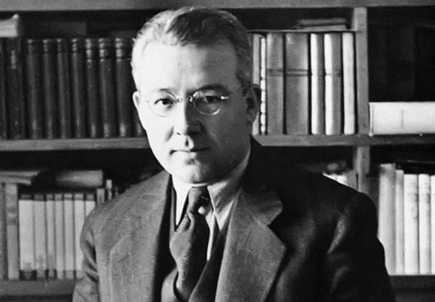 Sabahattin Ali Markopaşa, dergi ve gazete günlerinin (Yeni Dünya, La Turquie, Tan Matbaası) ardından 1948'de Zincirli Hürriyet'teki bir yazısı yüzünden Paşakapısı Cezaevi'nde üç ay yatar.