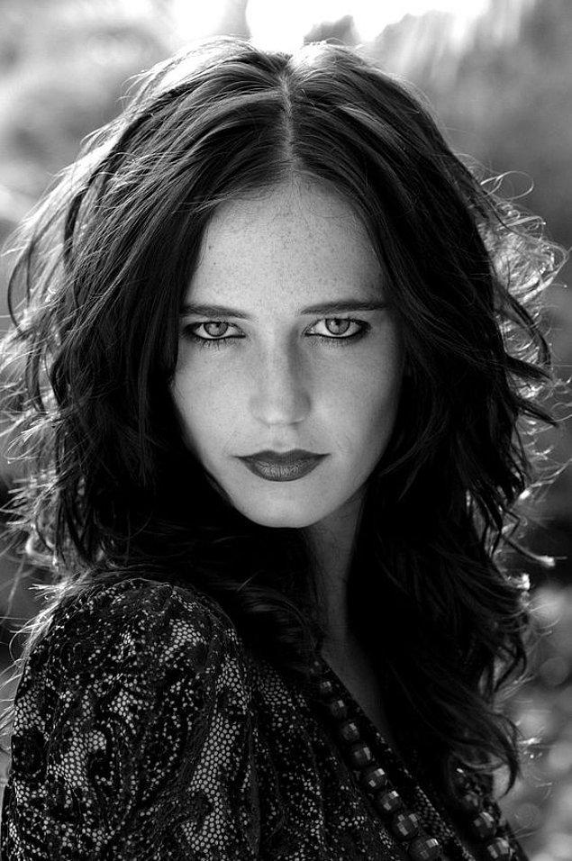 """""""Hooded eyes"""" yani düşük göz denince vermemiz gereken ilk örnek Eva Green."""