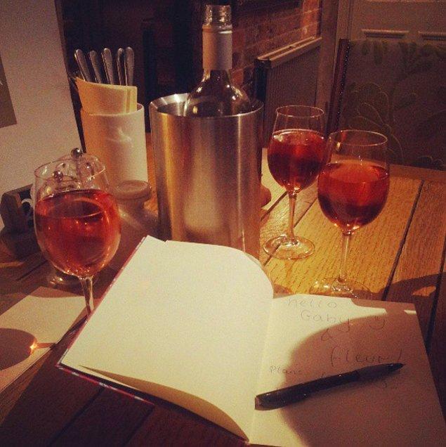 13. Belki bir iki kadeh içmek için sessiz sakin bir yere gidersiniz.