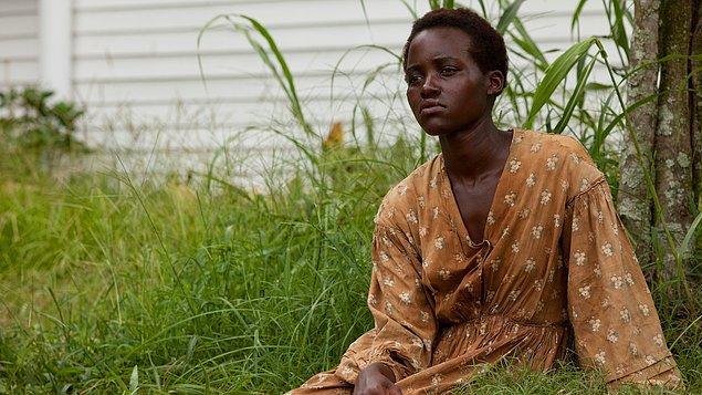 """19. """"12 Yıllık Esaret (2013)"""" filmindeki rolüyle """"Lupita Nyong'o"""""""
