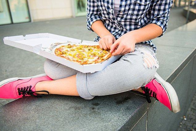 9. Dışarıda yemek yiyin, sokak lezzetlerini tadın ve restoranları keşfedin