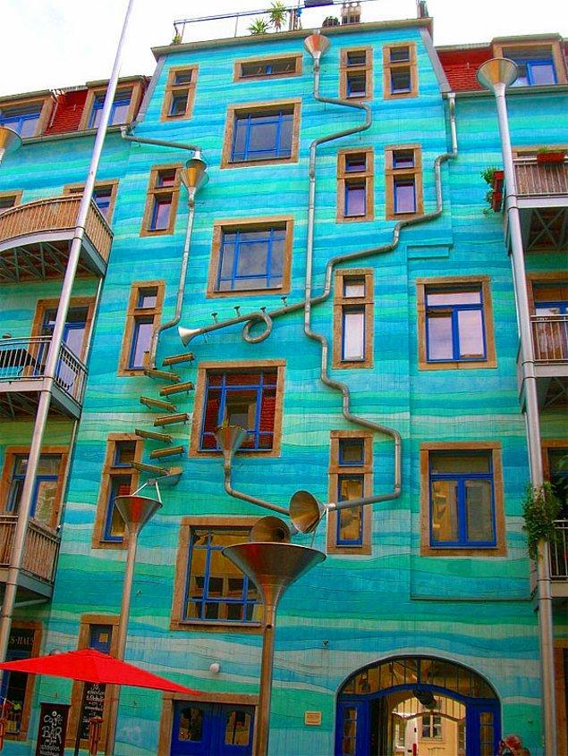 13. Yağmurda müzik yapan bina