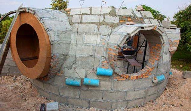 2. Ahşap, tuğla ve çimentoyla yapısını ördü.