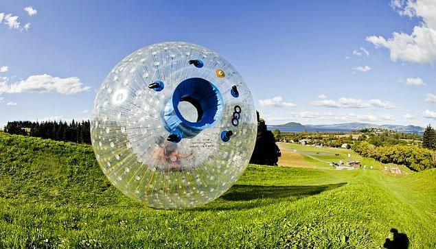 5. Yeni Zelanda'da zorbing (küreyle yuvarlanma) sporunu deneyin.