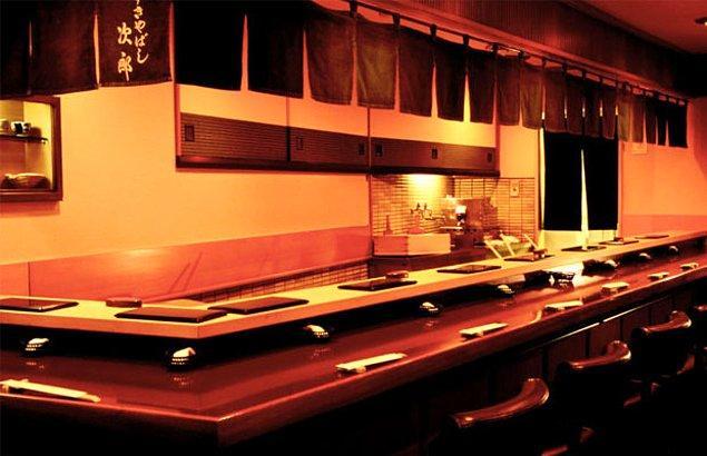 7. Tokyo'daki ünlü Jiro Restoranı'nda suşi yiyin.