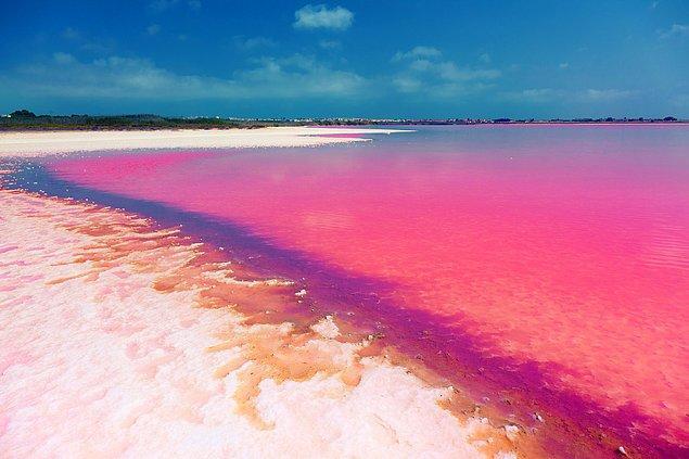 8. İspanya'daki pembe renkli Laguna Salada de Torrevieja Gölü'nü ziyaret edin.