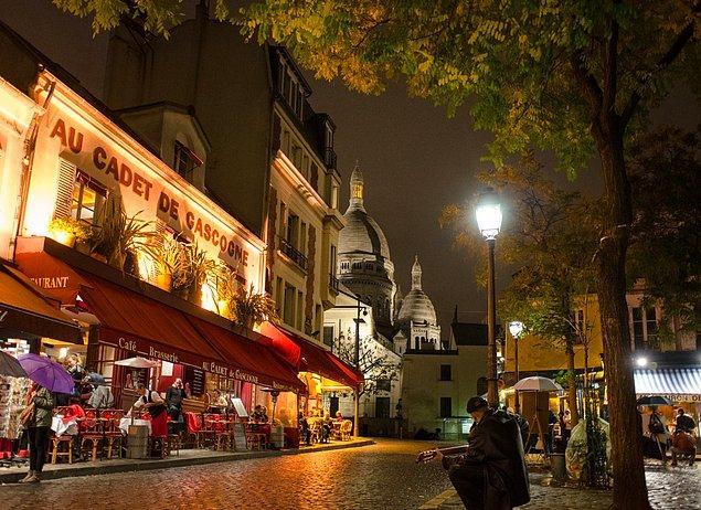 12. Montmartre, Paris'teki bir kafede dinlenin.