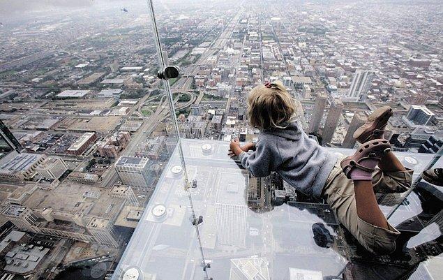 19. Chicago'daki Willis Kulesi'nin cam balkonundan manzarayı izleyin.