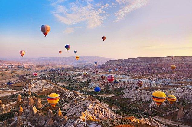 22. Nevşehir'de bir sıcak hava balonuna binin.