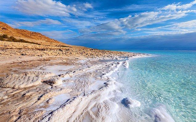 28. İsrail'deki Lut Gölü'nde yüzün.