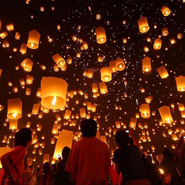 30. Tayland'da fenerlerin havaya bırakıldığı festivale katılın.