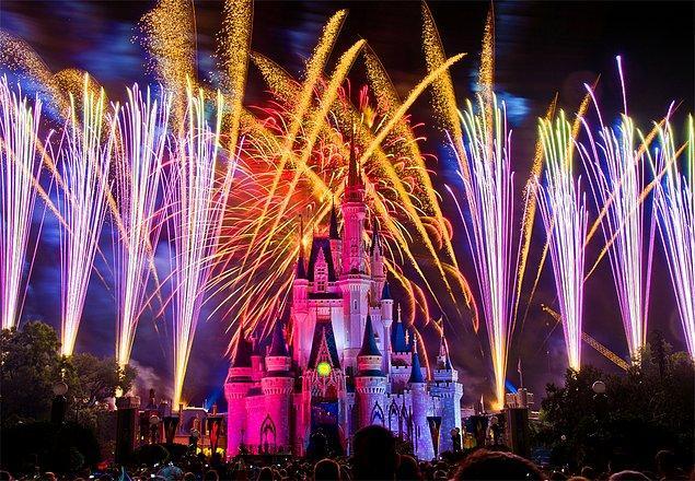 31. Disneyland'deki Cinderella Şatosu'nda yapılan havai fişek gösterilerini izleyin.