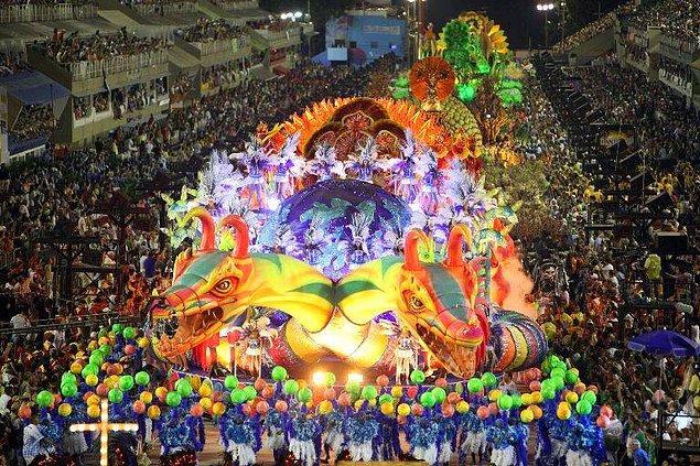 34. Brezilya'daki karnavala katılın.