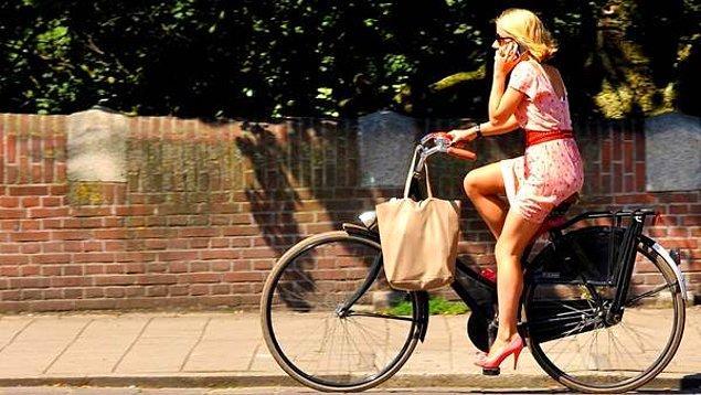38. Amsterdam'da bisiklete binin.