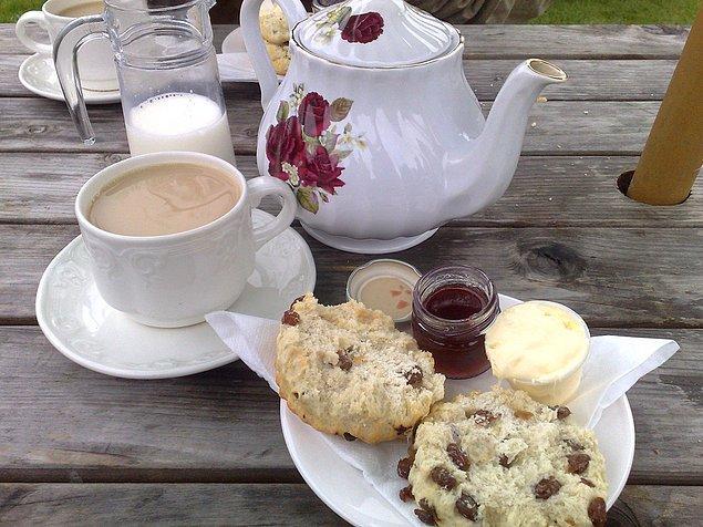 49. Londra'da geleneksel İngiliz çayını tadın.
