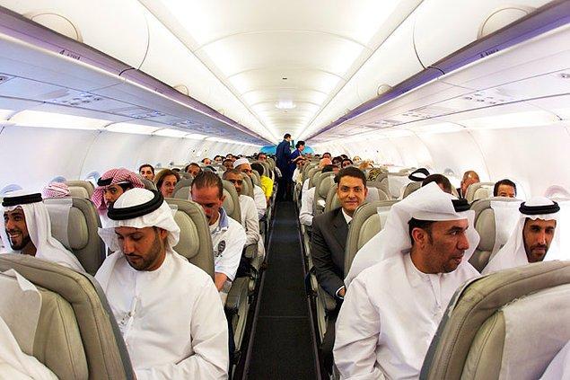 Yolculuk sırasında uçağın rotasının Mekke'nin görülebilir olduğu bir yerden geçeceğini öğrenir. Arap yolcular sevinirler  😊😊😊