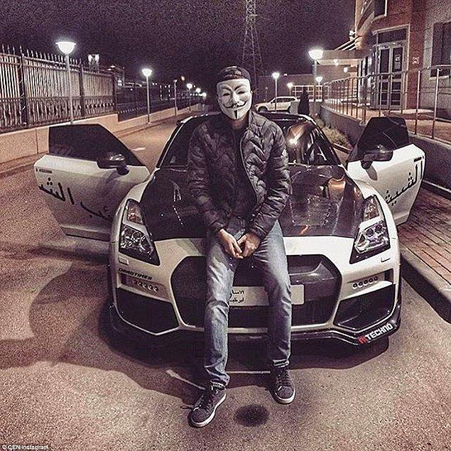 Yüzünü maskeyle gizleyen bu kişi pahalı arabasıyla poz veriyor.