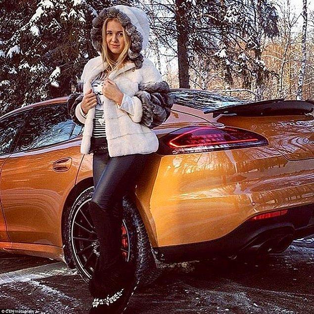 İsminin Arina olduğu düşünülen bu kadının, altın renkli Porsche ile verdiği poz, anonim hesabın paylaşımlarından yalnızca biri.