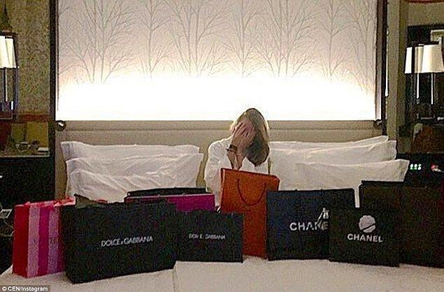 Bu genç kız ise Chanel ve Dolce&Gabbana marka alışveriş torbalarının arkasından gülerek poz veriyor.
