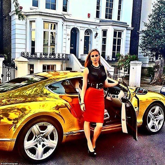 Altın kaplama spor otomobiliyle poz veren bir kadın
