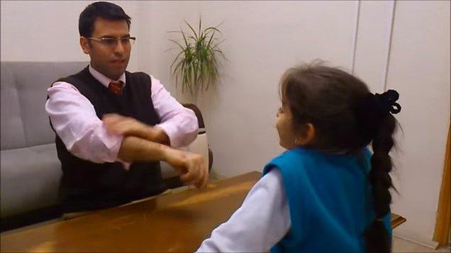 Gösteriyi yapacak kişi önce kollarını sıvar.