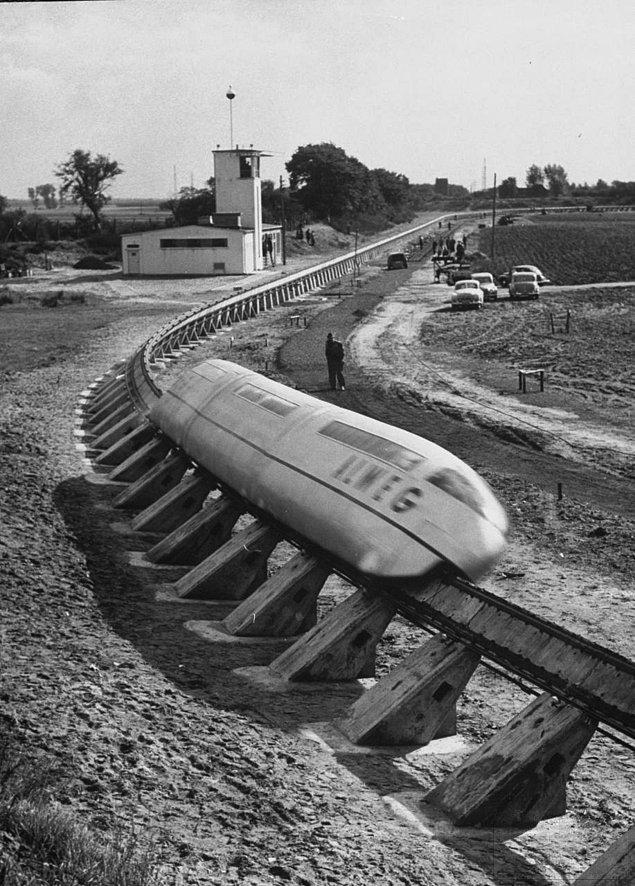 17. Bir monoray şirketi özel olarak inşa ettiği bir alanda trenlerini test ederken, Almanya 1952