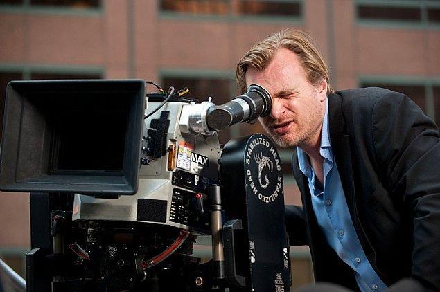 10. Ünlü Yönetmen Christopher Nolan şeref konuğu olarak geceye katılır ve Türk magazincilerinden kaçarken merdivenden düşüp boynunu kırardı. Elveda sinema hayatı.