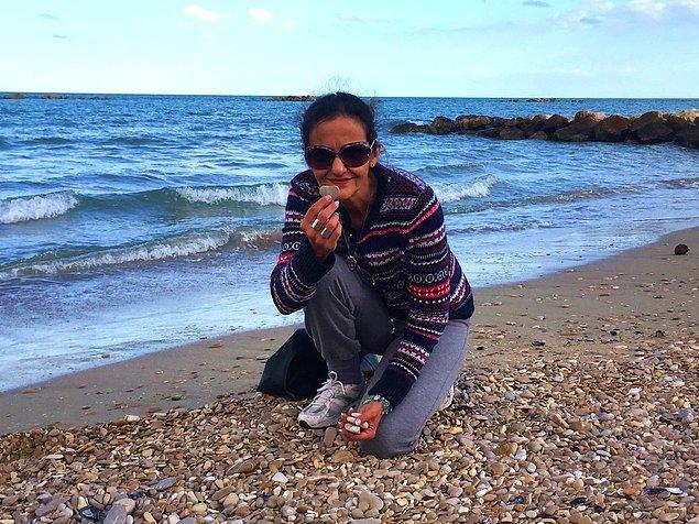 Adriyatik sahillerinde bulduğu çakıl taşlarını toplayıp, boyayarak harika işlere imza atmış.