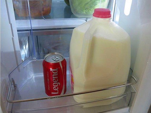 9. Buzdolabını açıp, epeyce büyük beyaz şişedeki sütü ağzına dikip içmek.