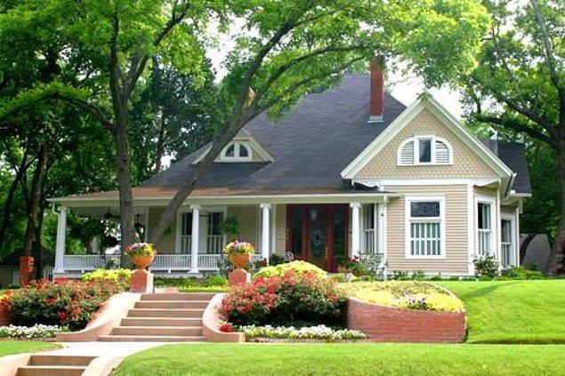 2. Ağaçlı, tertemiz, geniş bir caddenin kenarında bahçeli, garajlı, müstakil bir evde oturmak.