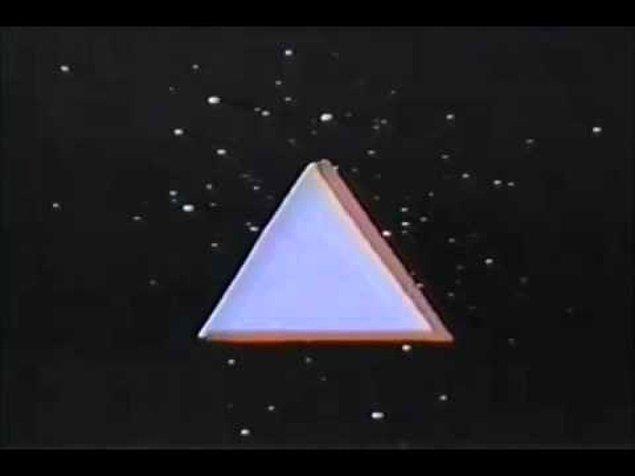 10. Üçgenlerin uzay boşluğundan uçarak geldiğini