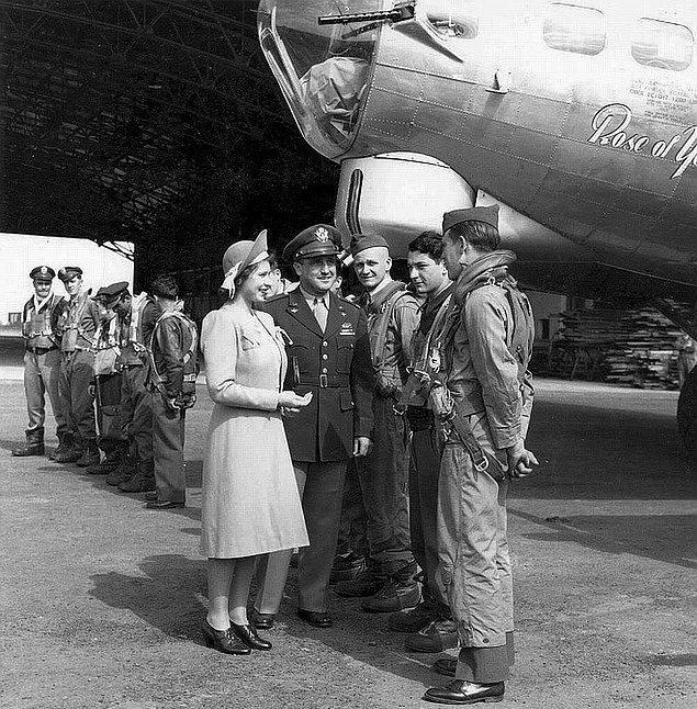 20. Kraliçe Elizabeth, prenses olduğu sıralarda İngiltere'deki bir Amerikan hava üssünü ziyaret ederken, 1944.