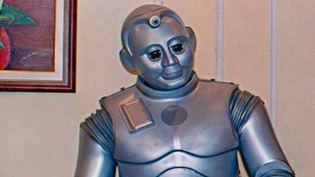 Babür, aslen Japonyalı olmasına rağmen devrelerinden geçen Türk yağı ve elektriği sayesinde içimizden biri olmuş bir robottur.