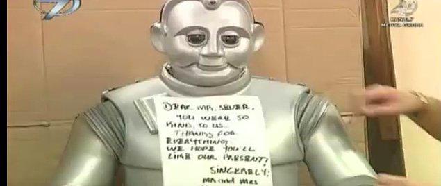 A4 kağıda İngilizce yazdıkları notta, Sever ailesine teşekkür ederler. Ve bu notu da robotumuz Babür'ün üzerine yapıştırırlar.