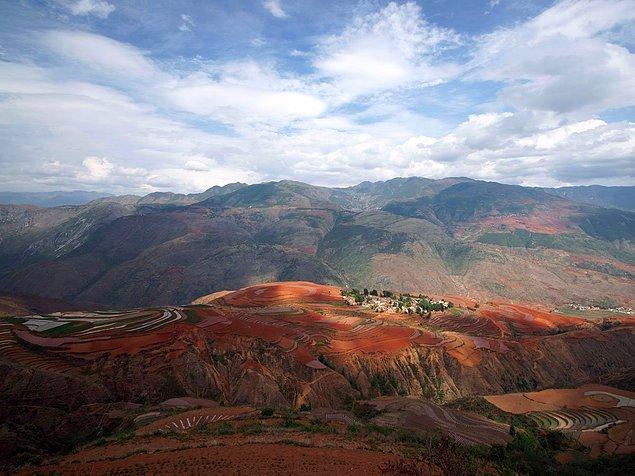 Дуньчуаньские Красные Земли расположены в Китае и известны своим необычным цветом. Это вызвано тем, что в земле содержится оксид железа.