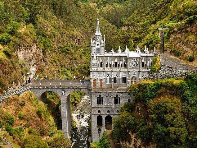 Церковь Лас-Лахас - великолепный образец неоготической архитектуры, представленный на границе Колумбии и Эквадора. Церковь возвышается на 45 метров над рекой.
