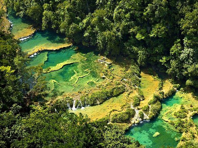Семук Чампей в Гватемале - рай для тех, кто любит полюбоваться на бирюзовые воды, скрытые в очаровательном пейзаже.