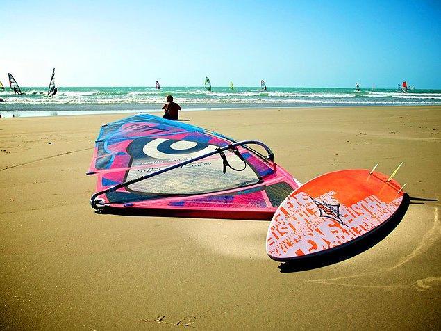 Жерикуакуара - бразильская деревня - настоящий город пляжей. Они тянутся на несколько километров, и даже вместо асфальта здесь песок!
